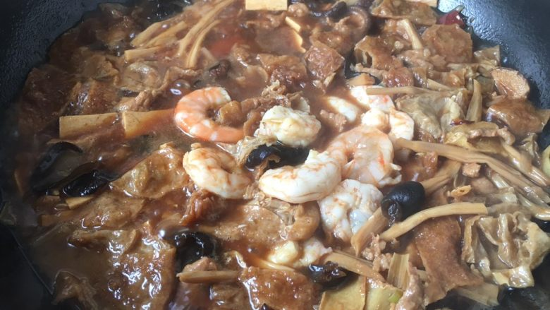 打卤面,放入炒好的虾仁,小火炖1分钟左右。