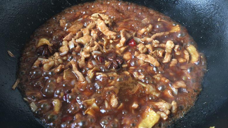 打卤面,放入1小勺的甜面酱,翻炒均匀。