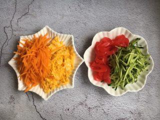 打卤面,准备好蔬菜,切成丝当做菜码拌面用。