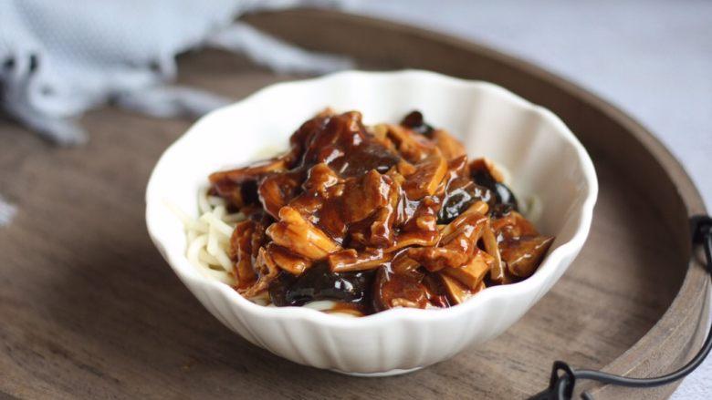 打卤面,把煮熟的面放入大碗里,浇上步骤23的卤,再放些菜吗,拌一拌就可以开吃了。