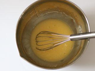 麦片早餐饼干,将鸡蛋打散加入葵花籽油、糖粉、盐、香草籽,用单抽充分搅拌均匀。