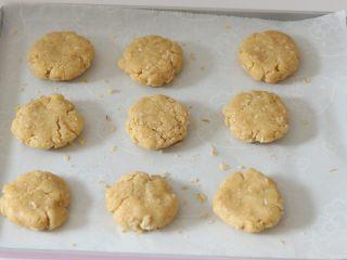 麦片早餐饼干,将圆球压品呈直径约5cm左右的圆饼状