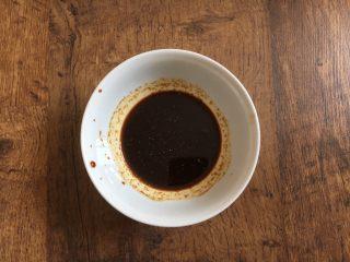 木须肉,准备好碗汁:放入少许白胡椒粉、1勺的料酒、1勺的酱油、1小勺的醋、1小勺的淀粉、少许的盐、少许的糖、2勺的清水,搅拌均匀备用。