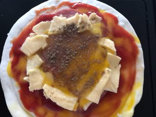 早餐番茄酱火腿鸡蛋披萨,撒上适量细盐和胡椒粉 我手一抖,胡椒粉撒多了😅