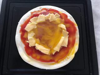 早餐番茄酱火腿鸡蛋披萨,芝士撕碎,如图所示,围火腿片一圈 鸡蛋打入中间,喜欢整颗的就不要整碎,我喜欢看上去多一点,就把鸡蛋整碎了