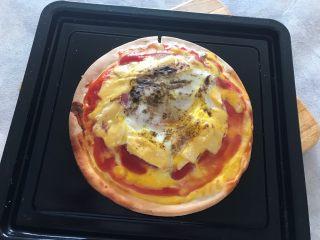 早餐番茄酱火腿鸡蛋披萨,时间到,取出