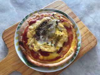 早餐番茄酱火腿鸡蛋披萨,移入盘子中