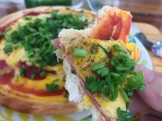 早餐番茄酱火腿鸡蛋披萨,好香,好好吃(❀ฺ´∀`❀ฺ)ノ