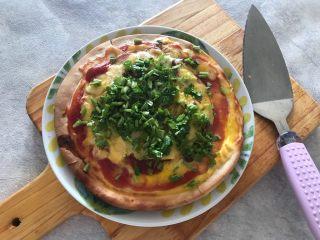 早餐番茄酱火腿鸡蛋披萨,撒上香菜碎,即可