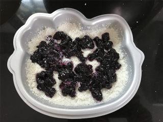 Hellokitty米蛋糕 ,当洒到模具一半的地方铺上一层蓝莓果酱。