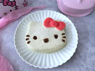 Hellokitty米蛋糕 ,稍冷却后脱模,然后用巧克力酱点上眼睛、鼻子和胡须萌萌的Kitty猫猫就好了。