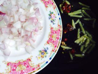 下酒菜+香炒蛏子,最后倒入洋葱丁