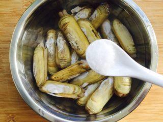 下酒菜+香炒蛏子,先把蛏子冲洗干净放入盆里,往盆里加水,水量莫过蛏子就可以。再加一勺的盐浸泡三小时,使其吐出泥沙