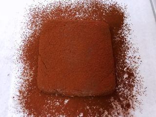 超好吃的生巧克力,再筛上可可粉,用锋利的刀切成小块,刀最好用热水泡一下擦干后再切