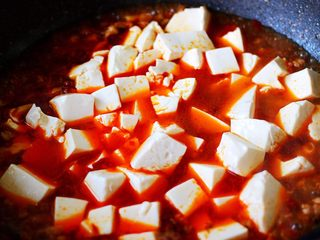 超级诱人无敌下饭的麻辣豆腐,加入提前焯过水的豆腐