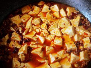 超级诱人无敌下饭的麻辣豆腐,大火烧开后转中火继续炖煮3分钟左右后
