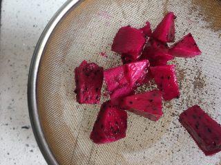 火龙果牛奶小方,火龙果切块放在过滤网上