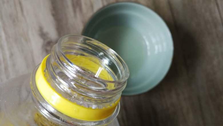 不用洗面的快手凉皮,碗里倒入芥花油
