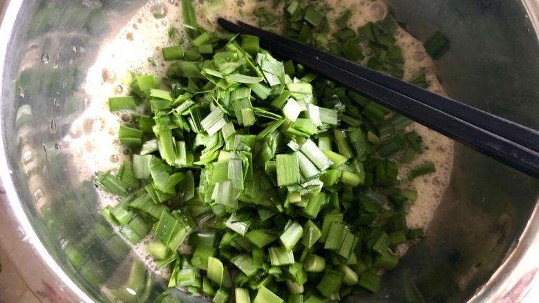 春天的味道➕香韭炒蛋,把韭菜末加入蛋液中