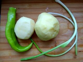 凉拌尖椒土豆丝,土豆去皮,尖椒去蒂,香葱洗净