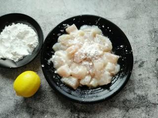 番茄巴沙鱼,继续放入蛋清、适量淀粉搅拌均匀(淀粉不要全部放完,留一部分备用)。
