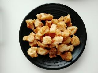 番茄巴沙鱼,然后进行二次炸制,图片为第二次炸制的效果,表面焦黄色,非常漂亮,这里说一下为什么要进行二次炸制,因为家里的锅跟火候比较有限,没法跟饭店里的大锅猛灶比,所以需要进行二次炸制,这样可以让炸制的食材更均匀。