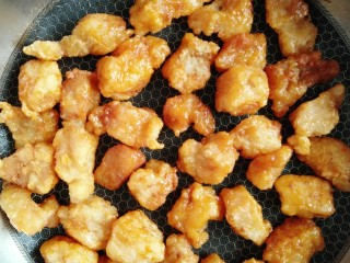 番茄巴沙鱼,让巴沙鱼块均匀裹上汤汁,图为裹上汤汁后的巴沙鱼颜色非常好看。