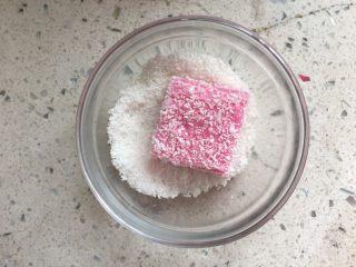 火龙果牛奶小方,放入椰蓉中裹一圈