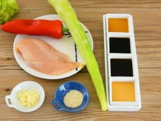 凉拌鸡丝—夏天就爱吃点清淡爽口的,【主料】:鸡胸肉 1块 【辅料】:莴笋 1根|红椒 1颗|白芝麻 少许|生抽 2勺|芝麻油 1勺|料酒 1勺|蒜末 适量