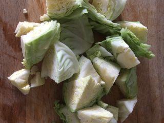 番茄鸡蛋炒圆白菜,将圆白菜切成块,用淡盐水浸泡15分钟,清洗干净,沥干水分备用。