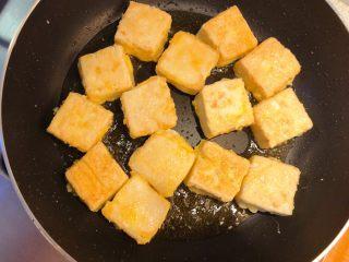 红烧豆腐(锅塌豆腐),两面煎黄。