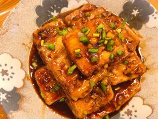红烧豆腐(锅塌豆腐),起锅后撒些葱花即可。