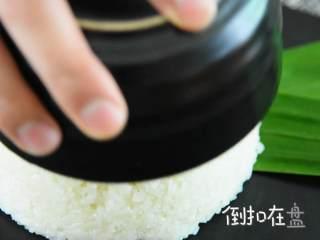 香甜可口的芒果糯米饭,在家也能做,糯米饭装碗,再倒扣在盘上。