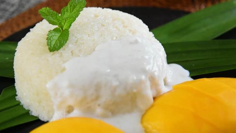 香甜可口的芒果糯米饭,在家也能做,摆上芒果,淋入调汁即可。
