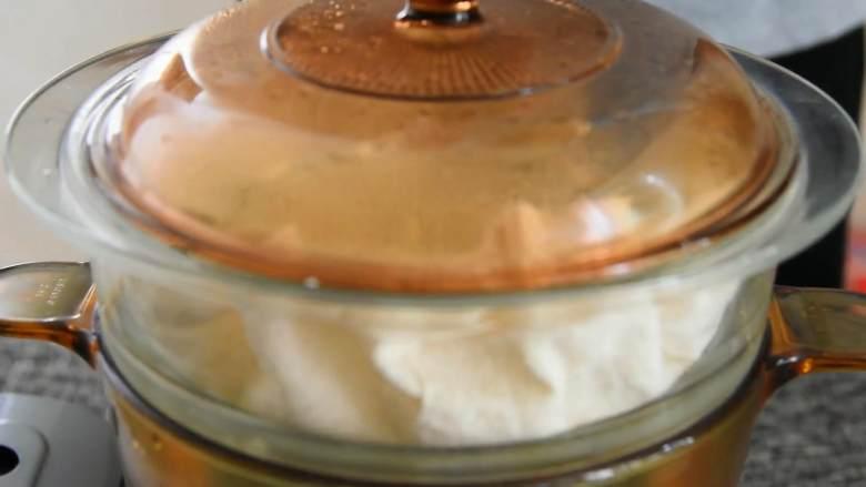 香甜可口的芒果糯米饭,在家也能做,锅底铺一层香兰叶,倒入糯米,用手轻轻抚平。  大火蒸30分钟。