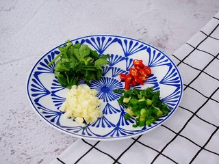 凉拌茄子,蒜切末,小米椒斜切圈,葱切葱花,香菜切段备用