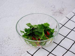 凉拌茄子,把蒜末、小米椒、葱花、香菜放入碗中