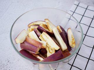 凉拌茄子,把蒸好的茄子晾凉后放入容器中