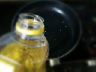 凉拌莴笋,锅里放入芥花油
