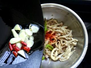 凉拌蟹味菇,把辣椒油倒入盆中