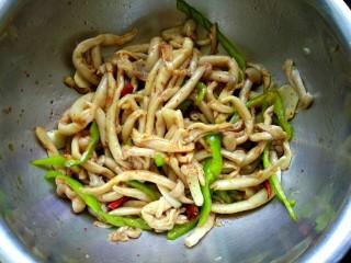 凉拌蟹味菇,搅拌均匀即可