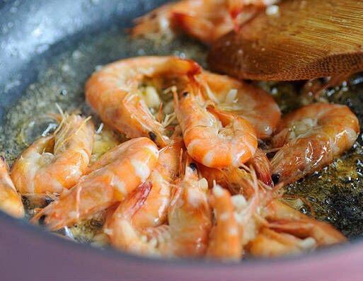 茄汁大虾,锅中热油,加入腌制好的虾炒至色泽金黄,捞出