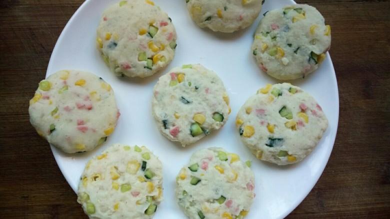 香甜土豆饼,一只手上抹点油,取适量的面团揉圆后摁扁。