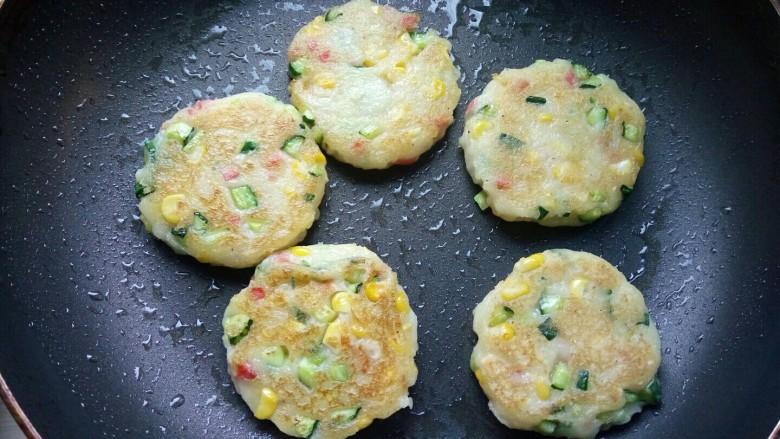 香甜土豆饼,小火煎至表面微黄就可以出锅了,因为除了面粉,其它食材都是热的,煎太久会糊。