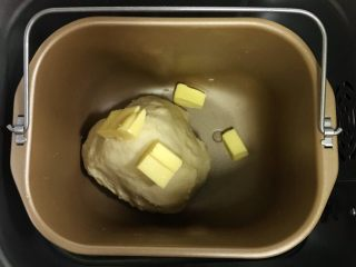 椰蓉奶香面包棒,揉至约15分钟面团成型,加入黄油继续揉面20分钟至扩展阶段。