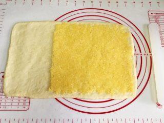 椰蓉奶香面包棒,在面片的1/3处,抹上椰蓉馅,留出1/3空白。