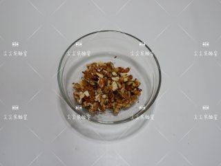 香蕉燕麦能量球,烤熟烤香的坚果混合切碎。