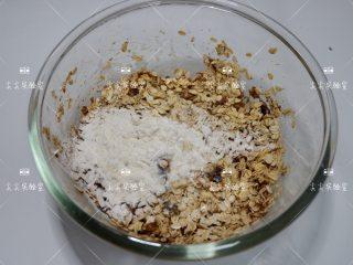 香蕉燕麦能量球,最后加入燕麦片,低筋面粉,牛奶,苏打粉,蛋白粉