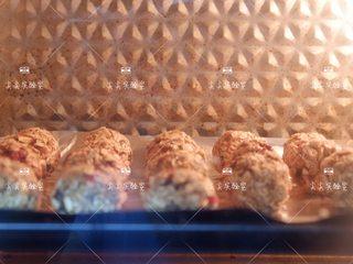 香蕉燕麦能量球,放入预热好的烤箱,170度20分钟左右即可。