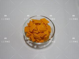 百合西芹炒南瓜,南瓜去皮去籽,切成小片